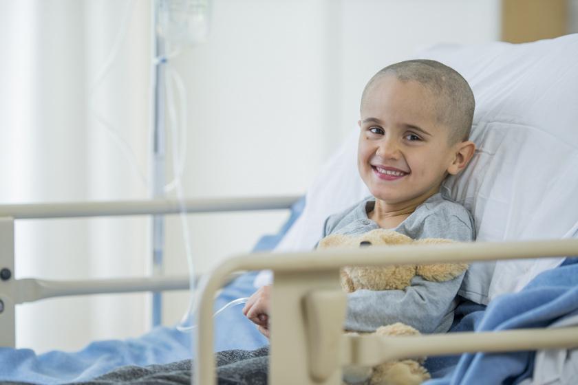gyerek-mosolyog-kemoterapia-rak-korhaz