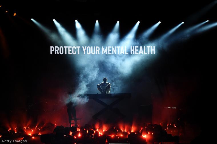 és a Lil Bab fellépésén kivetített, a lelki egészségünk védelmére buzdító felhívással búcsúzunk az idei American Music Awardstól, aviszontlátásra.