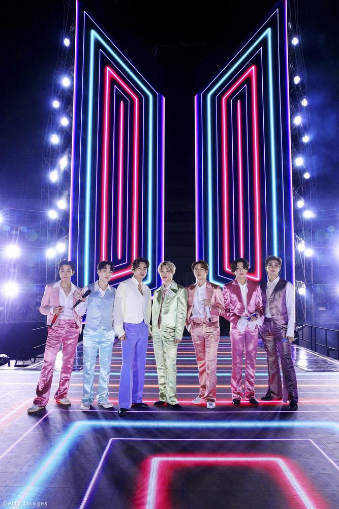 A BTS a színfalak előtt is megjelent, akkor már jóval látványosabb öltözékben