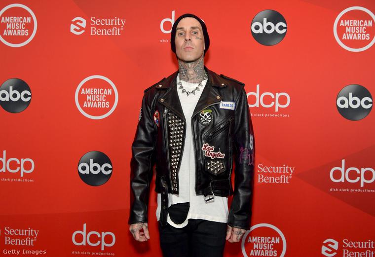 Travis Barkerről nem teszek ide több képet, mert ez sem annyira érdekes, de higgyék el, minden fotón így áll