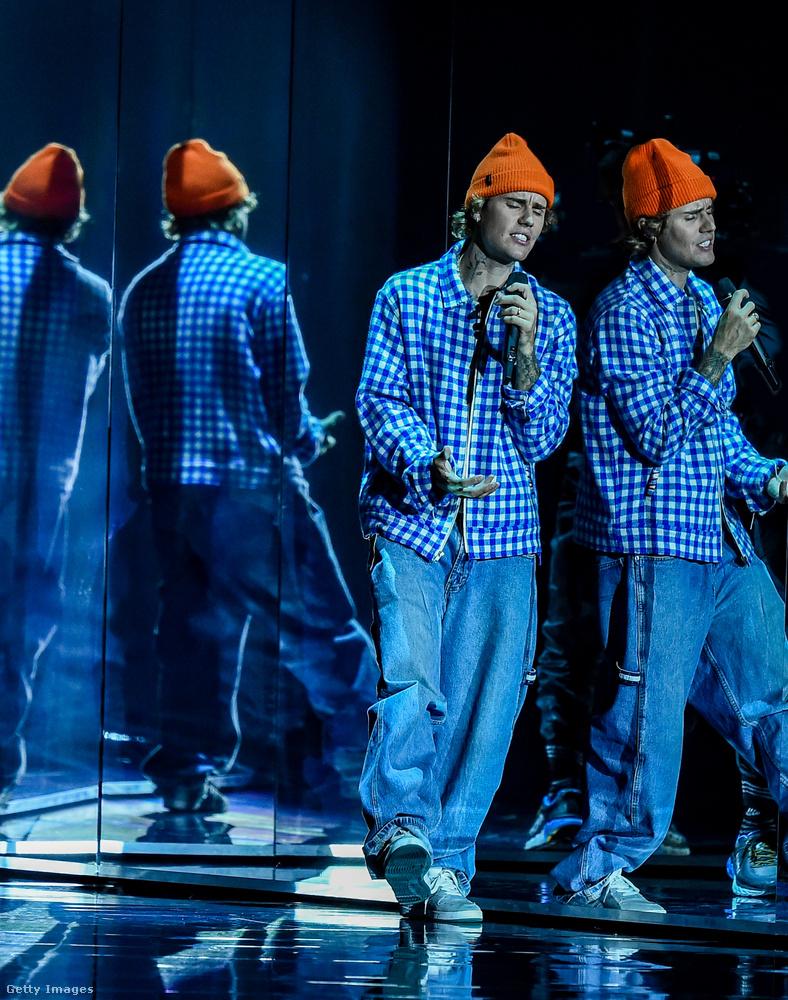Az AMA-t Justin Bieber nyitotta meg, Lonely és Holy című dalaival - ha kíváncsiak, hogyan dudorog az énekes a tükörlabirintussá alakított színpadon, akkor itt van róla egy videó - úgyse írunk róla szinte soha a zenéje miatt