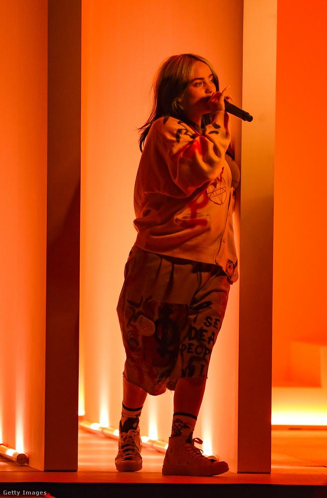 Billie Eilish az új, Therefore I Am című dalát adta elő, amelynek klipjében első ránézésre pont ugyanezeket a ruhadarabokat viseli, miközben kaját lopkod egy egyébként üres plázában.