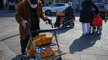 Hétköznap 9-11 között és hétvégén reggel csak az idősek vásárolhatnak