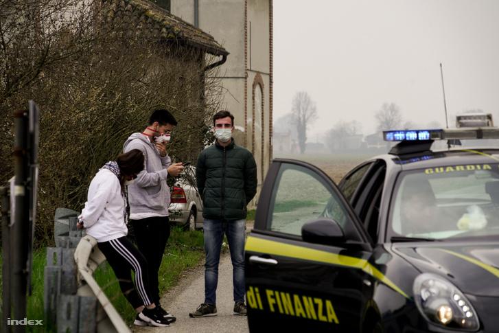 Rendőrök ellenőrzik a ki- és belépést Milánóban, 2020. február 25-én