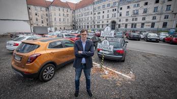 A környékbeliek parkolhatnak a fővárosi önkormányzat udvarán
