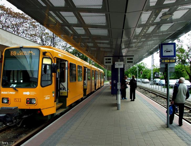 A BKK 69-es villamosvonalán közlekedő egyik ún. hannoveri villamos-szerelvény a Mexikói úti végállomásán
