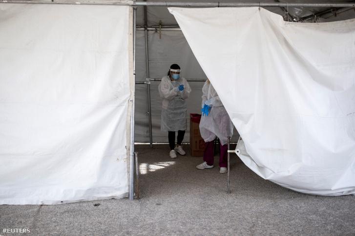 Egészségügyi személyzet koronavírustesztre készül el az El Pasóban felállított sátorban 2020. november 23-án
