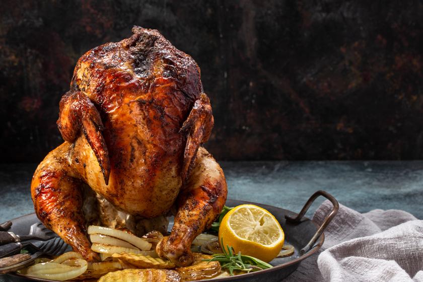 Sörösdobozon sült csirke: a bőre ropogós, a belseje pedig szaftos lesz