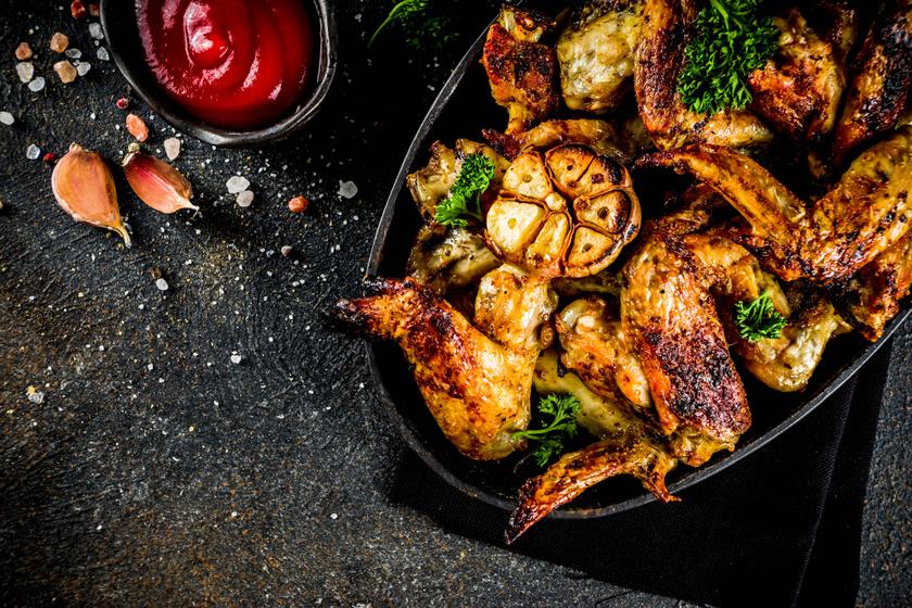 Fokhagymával sült, omlós csirkeszárnyak: a bőre ropogós, és nem szárad ki