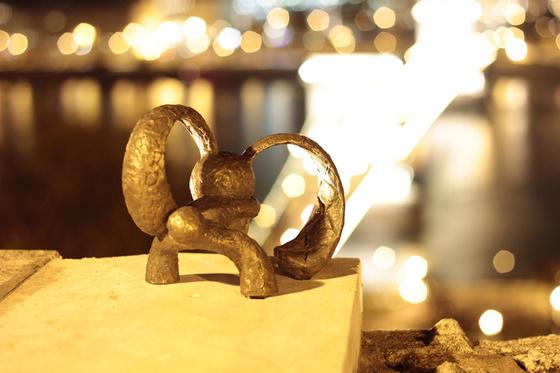 Mit kémlel a Kockás fülű nyúl bronzba öntött szobra?