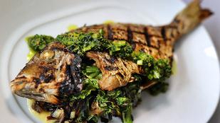 Akár egy egyszerű grillezett hal mellett is finom a sült tök kecskesajttal és fűszeres gesztenyével