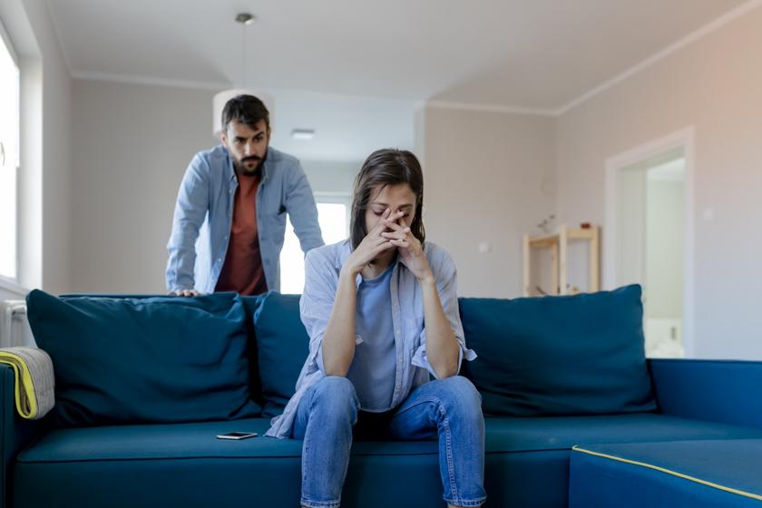 A verbális bántalmazás 5 gyakori jele, amit fontos időben felismerni: a lekicsinylő becenevektől a megszégyenítésig
