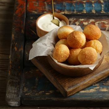 Ropogós bundában sült krumplilabdák: a krokett belseje nyúlós sajtot rejt