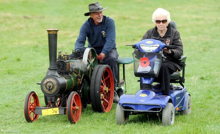 Ezen a fotón pedig azt láthatja, ahogy (egy szintén Gloucestershire-i) vintage bemutatón két résztvevő bemutatja kedvenc járgányát.