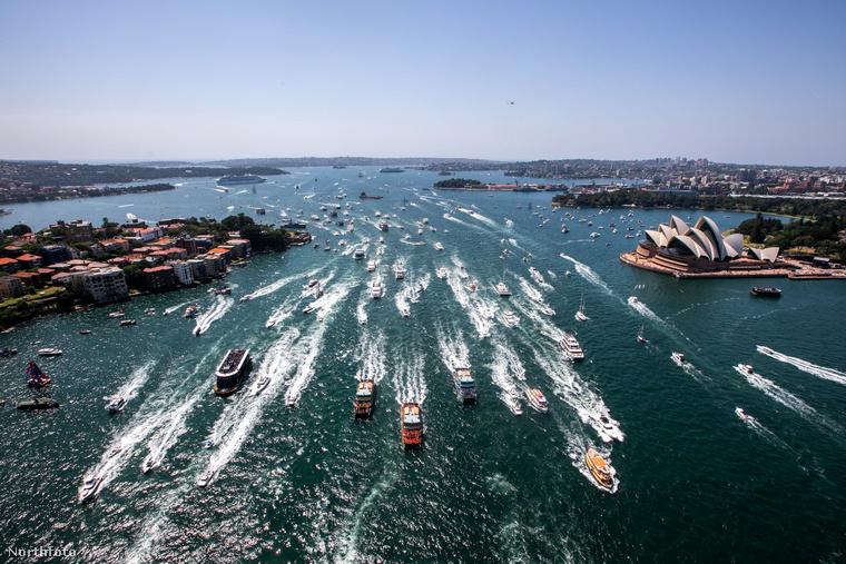 Távolodjunk el egy picit Angliától: Ausztrália egyik nemzeti napján rendszeresen megrendezik az utasszállító hajók versenyét, ami felülről pontosan így néz ki