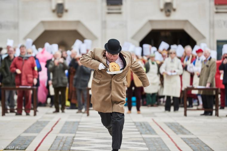 Ezt a fotót sokáig kellett értelmeznünk, mire rájöttünk, hogy egy hagyományosan megrendezett londoni palacsintaverseny egyik résztvevőjét látjuk, amint izgatott szalad a célszalaghoz