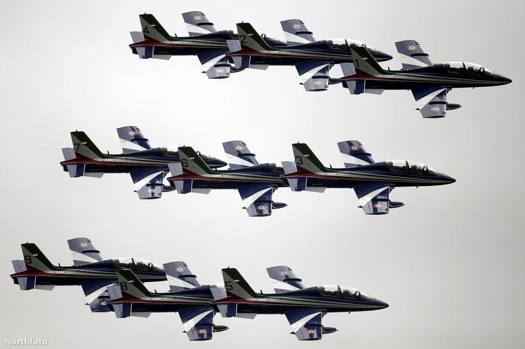 Nem az angol, hanem az olasz légierő mutatta meg, milyen látványos alakzatokban tudnak repülni a szigetország felett