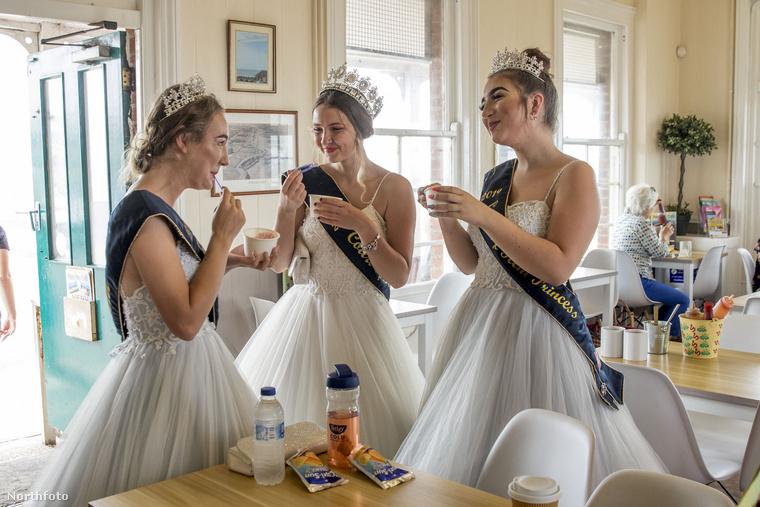 Ezeknek a diadémos lányoknak semmi közük az angol királyi udvarhoz, egy Margate nevű településen megrendezett karneválon választották hercegnőknek a fotón látható három hölgyet, akik egy kávézóban készülődnek a felvonulásra