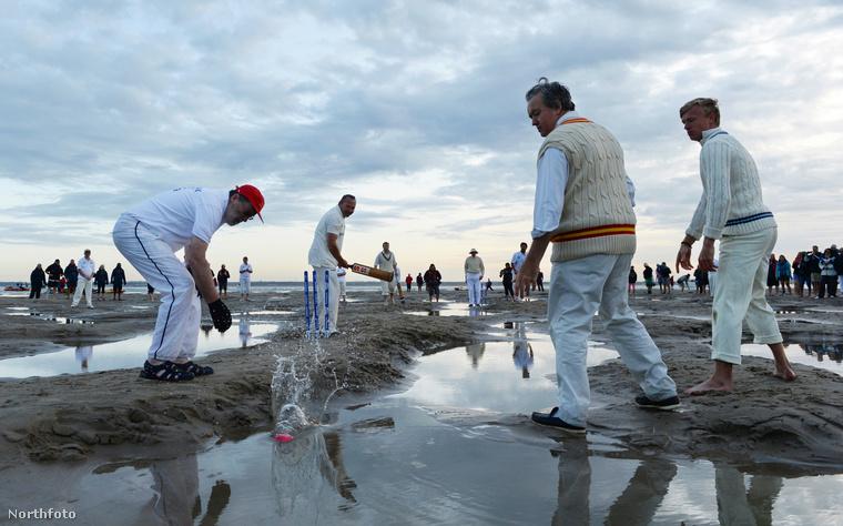 A Royal Southern Yacht Club krikettmeccsét még a hatalmas tócsák sem tudják megállítani
