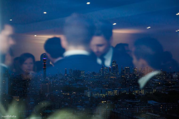Egy fárasztó meeting utáni lazítás a londoni Hilton bárjában