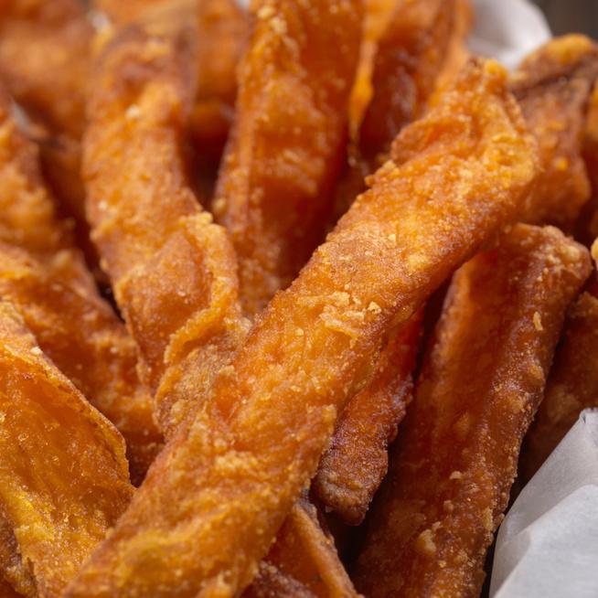 A sütőben sült édeskrumpli is lehet ropogós – Egy hozzávaló a titka