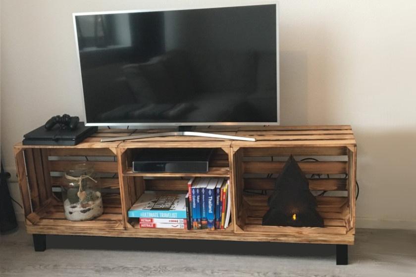 Ezt a klassz tv-bútort három láda alkotja, melyeket egy, a mélységüknek megfelelő falapra erősítettek. A talajra is letehető, de lábakkal még mutatósabb az ötlet.