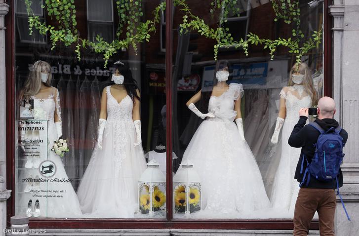 Menyasszonyi üzletet fotóz egy férfi Dublinban, most már nincs para, ha meggondolja magát