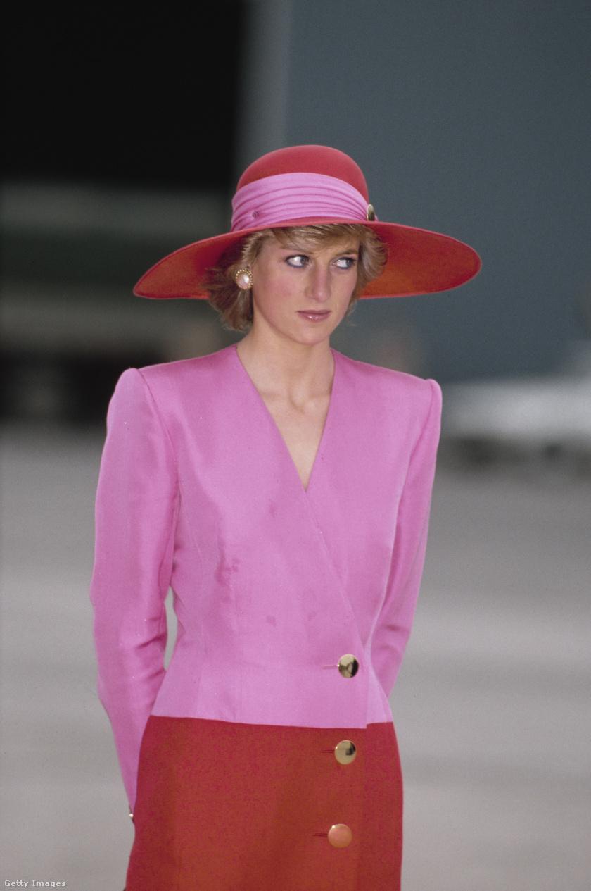 Vannak olyan színek, amiket csak nagyon kevesen mernek bevállalni együtt, de Diana nem riadt vissza a rózsaszín és a piros kombinálásától sem. Később az ilyen párosítások már egyáltalán nem hatottak olyan idegennek egymástól.