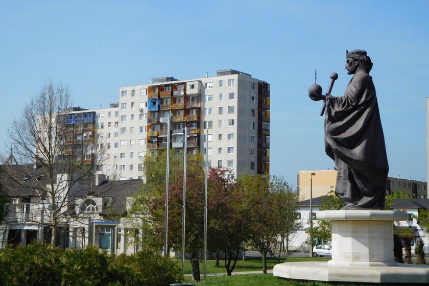 Tiszaújváros, Szent István-szobor.