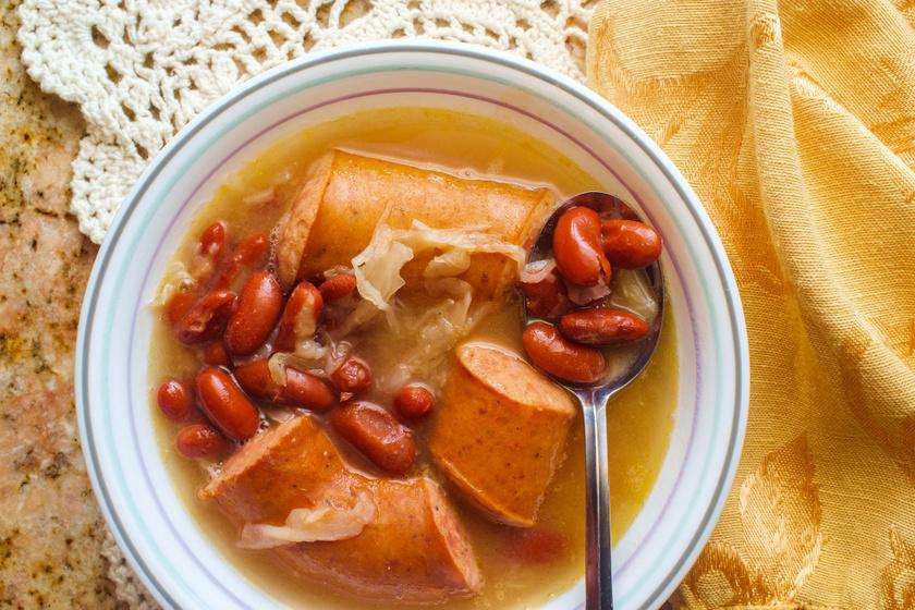 Sűrű bableves savanyú káposztával és kolbásszal: laktató, melengető ebéd is lehet