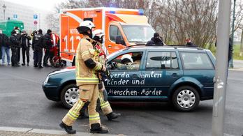 Autó hajtott bele Angela Merkel hivatalának kapujába