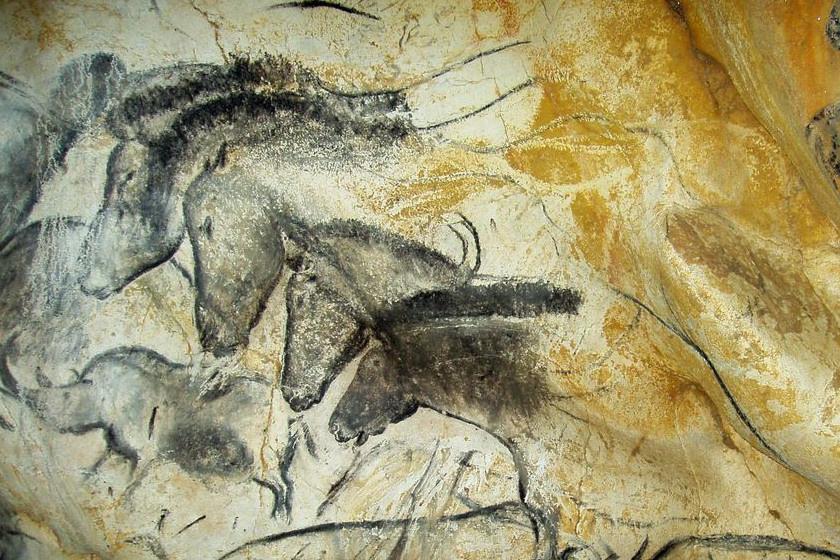 A barlangrajzokat a 26-43 ezer éve élt aurignaci kultúra hagyta hátra, a 33500-37 ezer éve volt periódusban, Ők voltak az elsők, akik figuratív, azaz valamit formáló barlangrajzokat készítettek.