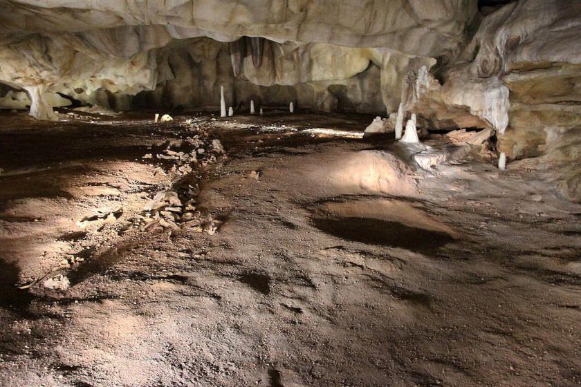 A barlang: folyóvíz formálta látványos domborulatait.