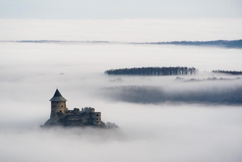 A somoskői vár látszik a reggeli köd felett Salgótarján közeléből fotózva.