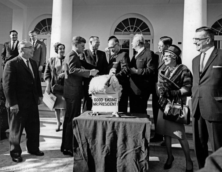 John F Kennedy és Everett M Dirksen szenátor megkapja a hálaadás pulykát 1963. november 19-én a Fehér Házban