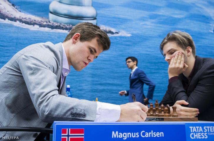 A sakkolimpiai ezüstérmes Rapport Richárd (j) a norvég Magnus Carlsen ellen játszik a Tata Steel sakkversenyen a hollandiai Wijk aan Zeeben 2019. január 20-án.