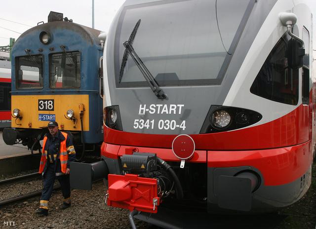 Egy Stadler FLIRT típusú villamos motorvonat a Déli pályaudvaron.