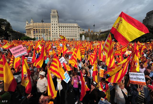 Az elszakadás ellen szervezett demonstráció Barcelonában