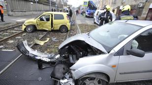 Összetört autók akadályozták a villamosforgalmat Kőbányán