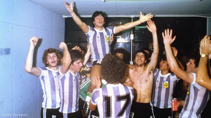 Csapatkapitányként ünnepli Argentína győzelmét Oroszország elleni serdülő világbajnokságon 1979. szeptember 7-én Japánban