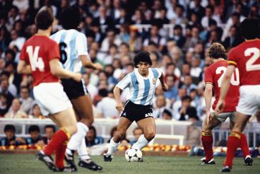 Maradona vezeti a labdát Belgium elleni mérkőzésen a Nou Camp stadionban Barcelonában 1982. június 13-án