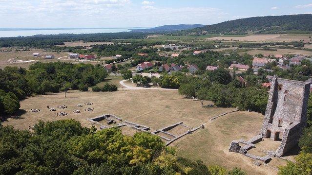 Boldogasszony templomrom, rálátással a Balatonra