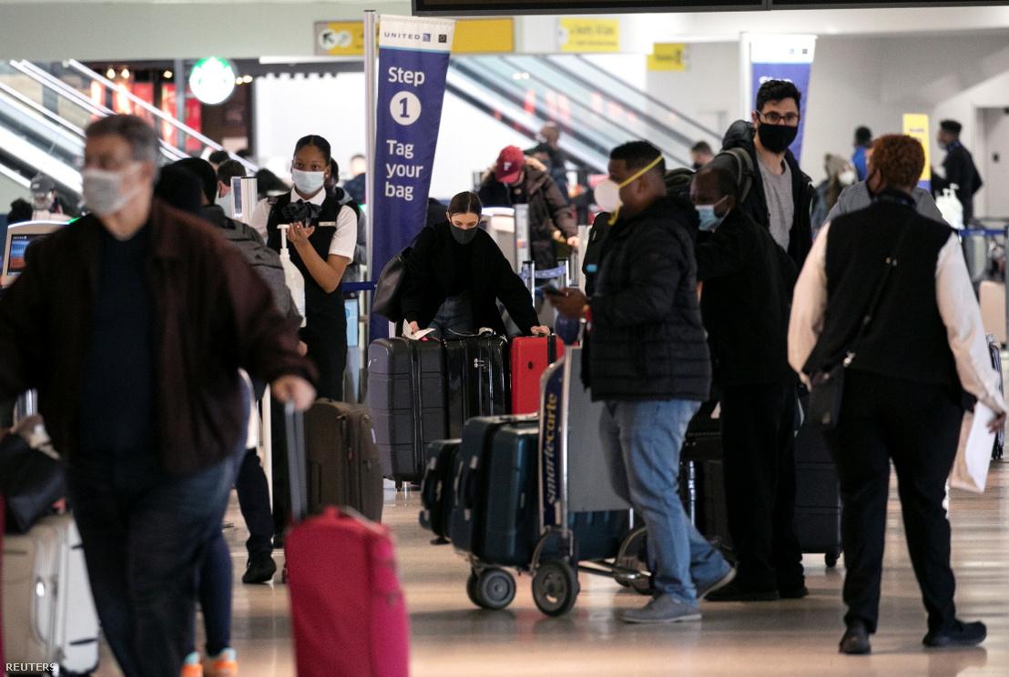 Utasok a Newark nemzetközi repülőtéren 2020. november 25-én