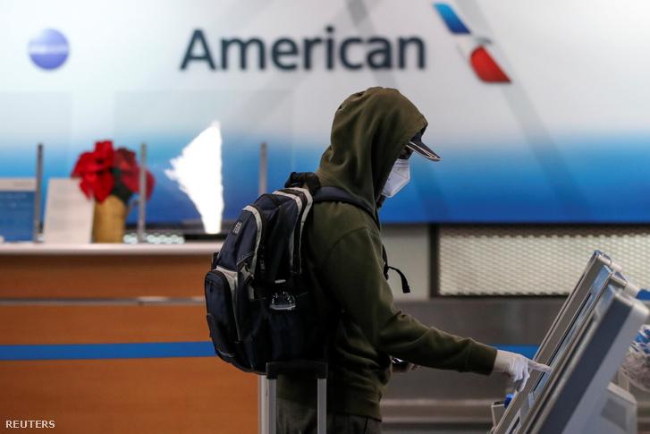 Utas csekkol be a O'Hare nemzetközi repülőtéren a koronavírus-járvány idején 2020. november 25-én