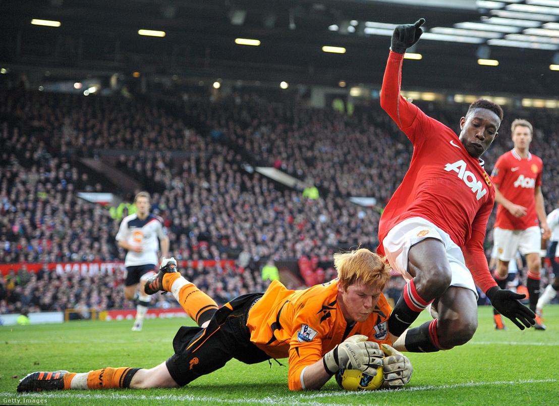Bogdán Ádám halássza le a labdát a Danny Welbeck, a Manchester United játékosa lábáról a Bolton Wanderers - Manchester United mérkőzésen 2012. január 14-én az Old Traffordon