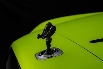 Rikító neonszínekkel próbálkozik a Rolls-Royce