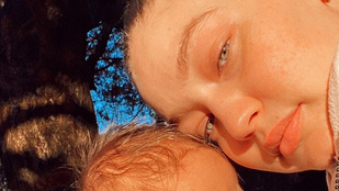 Bella Hadid a két új tetoválását, Gigi Hadid a kislányát mutatta meg, félig-meddig