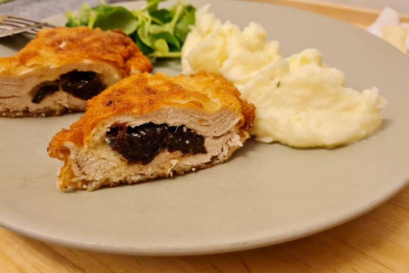 Aranybarna bundában sült töltött csirkemell: az omlós hús belseje szilvát és sajtot rejt