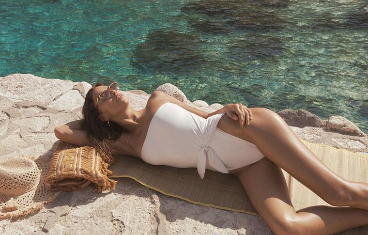 Milyen bájosan feküdt végig a parton, csak bele ne guruljon a vízbe