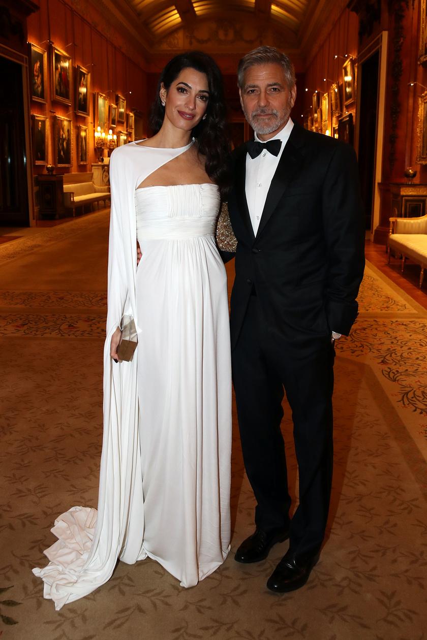 Amal Clooney 2019 márciusában egy hófehér Jean-Louis Scherrer-kreációban tündökölt a Buckingham-palotában.